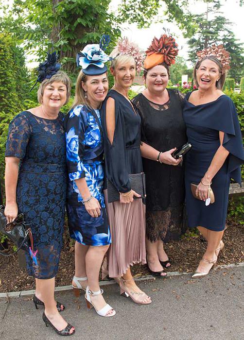 Некоторые дамы решили прийти в довольно строгих платьях, однако хорошенькой и яркой шляпке всегда найдется место.