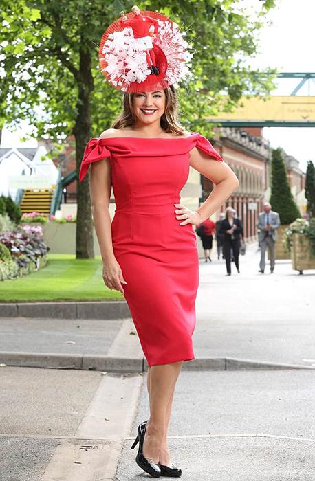 Келли Брукявилась на скачки во всем красном.