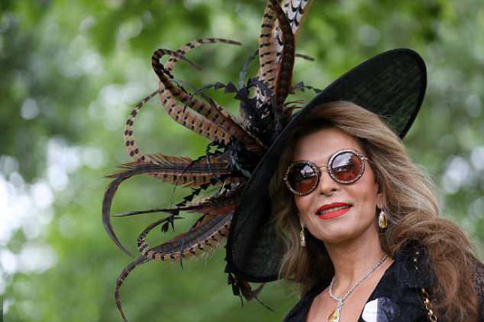 Если свою экстравагантную шляпку удачно дополнить солнечными очками, внимание прессы можно считать гарантированным.