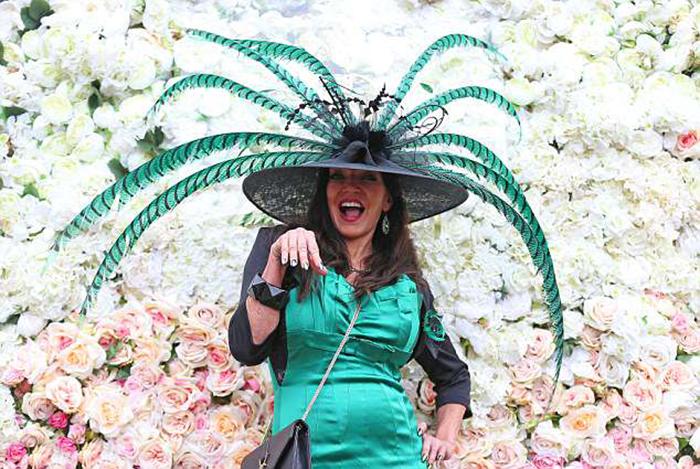 Огромные зеленые перья на шляпке, сочетающиеся с элегантным нарядом сделали эту женщину звездой мероприятия.