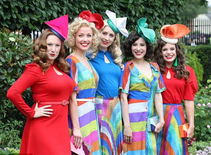 Радужные мотивы: многоцветная палитра нарядов, ретро-стиль причесок группы девушек, которые нарядились в стиле 1940-х гг.