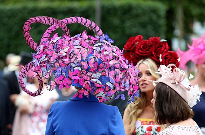 Эффект бабочки: Наталья Тутус пришла на мероприятие в огромной шляпке, которую она создала собственноручно.