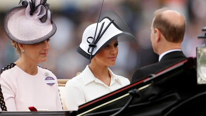 Меган Маркл прибыла в элегантной белой шляпке.