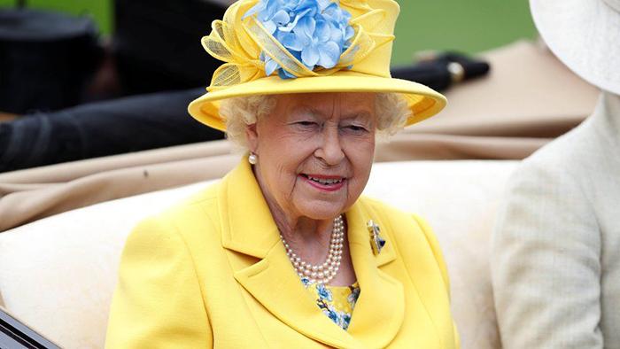 Ее величество королева Елизавета II явилась на ежегодные скачки в Аскоте в ярко-желтом наряде.