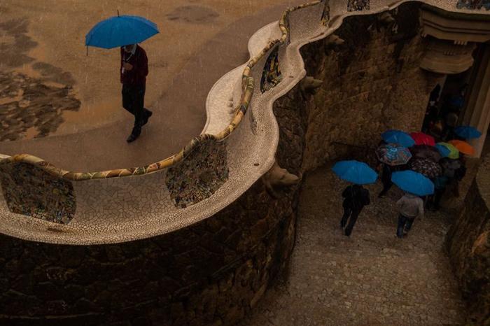 Встреча голубых зонтов в Барселоне. Автор фото: Radu Mihai Iani.