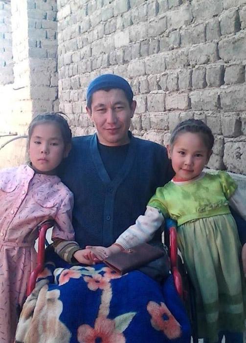 Рахатбек Усенкожоев со своими детьми.