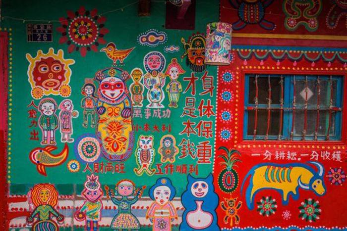 Для своей работы Хуанг Йунг-Фу использует яркие краски.