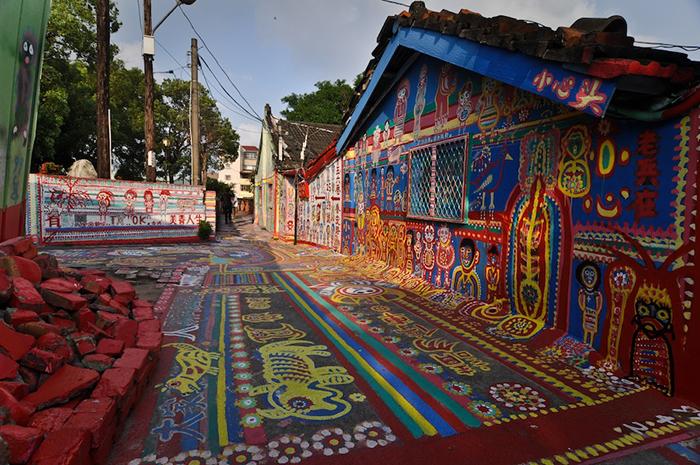 Хуанг Йунг-Фу изрисовал не только стены домов, но и заборы, и дороги.
