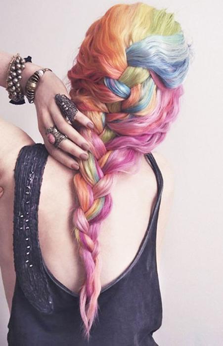 Романтическая коса в радужных цветах.