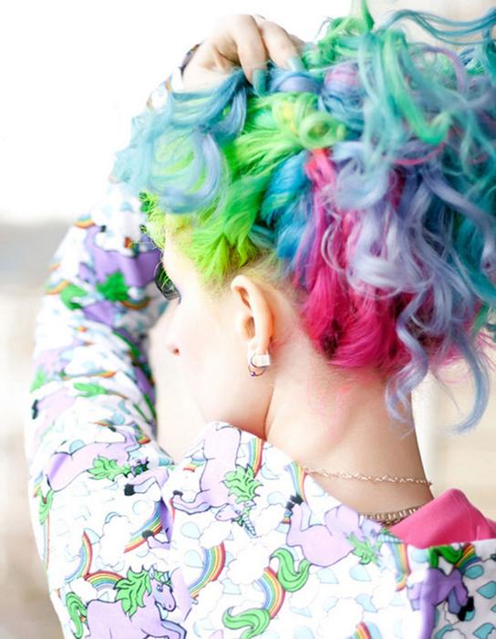 Разноцветные волосы.
