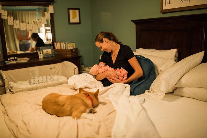 Брук с новорожденной Беркли и питомцем Рейнджером.