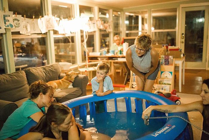 Стоило Брук переместиться в бассейн, события начали развиваться стремительно.