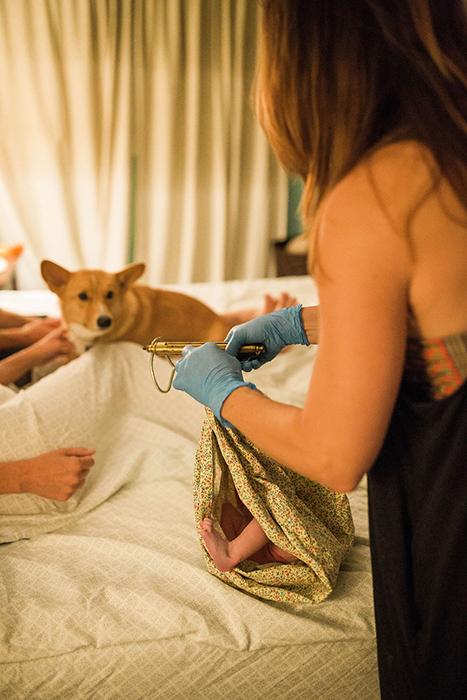 Рейнджер наблюдает, как взвешивают новорожденную.