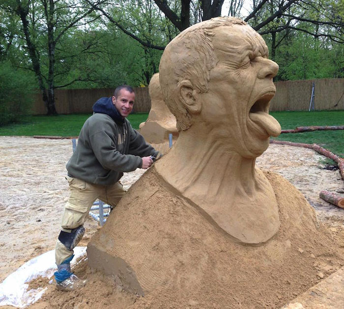 Рэй Виллафейн в процессе создания скульптуры.