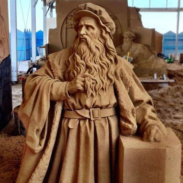 Особое отношение к деталям в своих работах из песка.