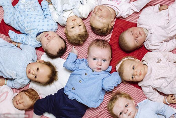 Тобиас в окружении кукольных *братьев и сестер.*