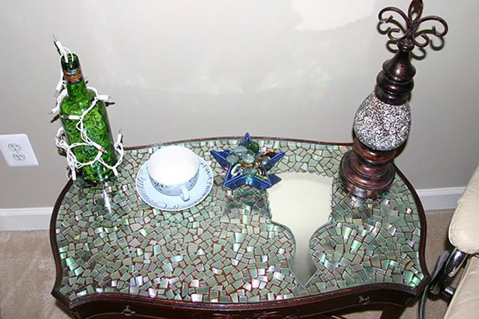 Сияющий новыми красками стол.