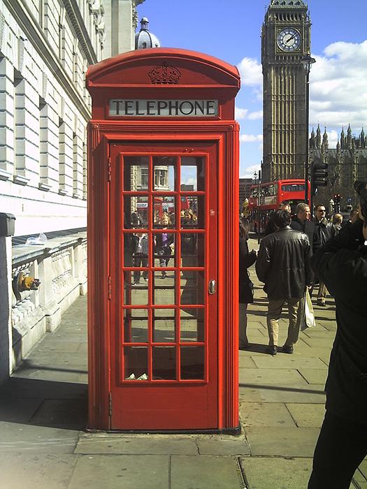 Красная телефонная будка в Лондоне.