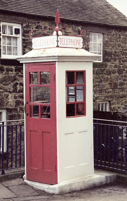 Первый вариант телефонной будки в Великобритании.