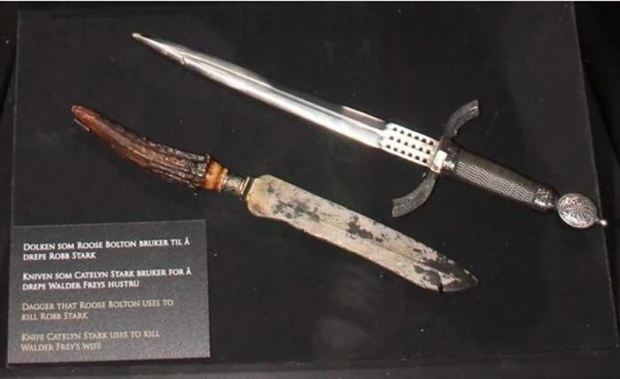 Выставочные экземпляры оружия, которое было задействовано во время съемок убийства Робба Старка и Кейтлин Старк.