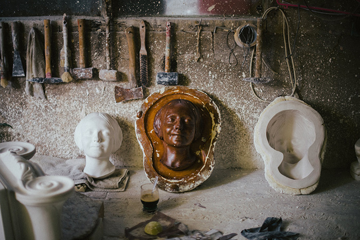 Маска неизвестной в одной из мастерских Парижа.