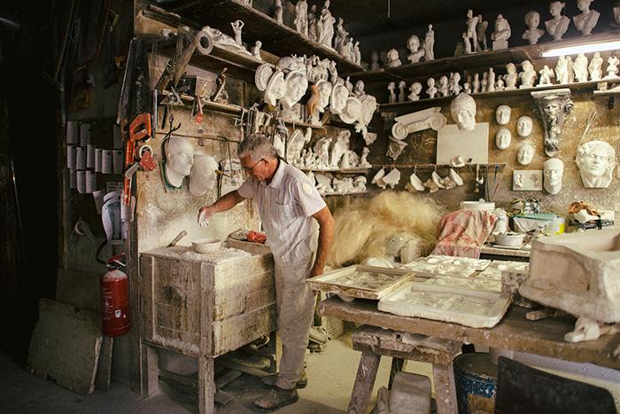 Скульптор Хуан Хосе Гарсия и сегодня продолжает делать лицо Неизвестной из Сены для декора домов.