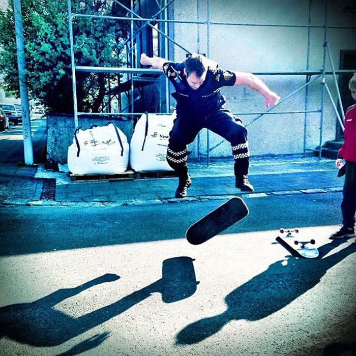 Трюки на скейтборде от исландской полиции.