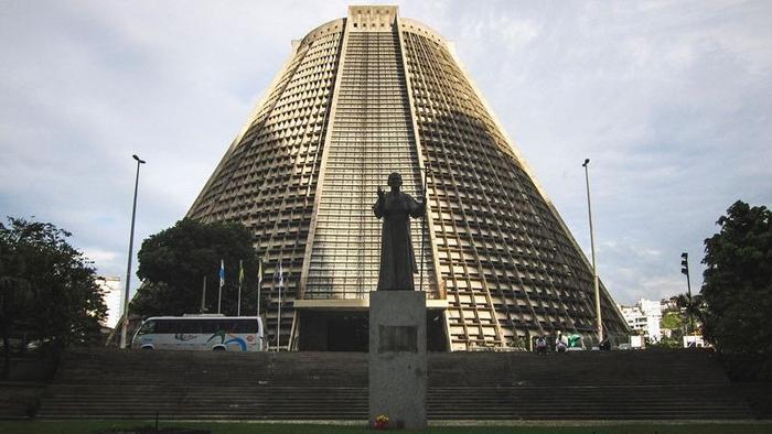 Собор находится в самом центре Рио-де-Жанейро.