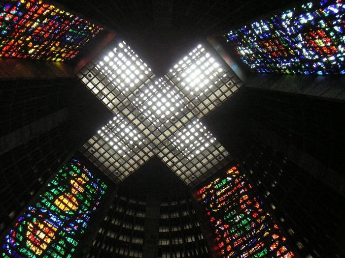 Окно в виде креста, расположенное на потолке здания.