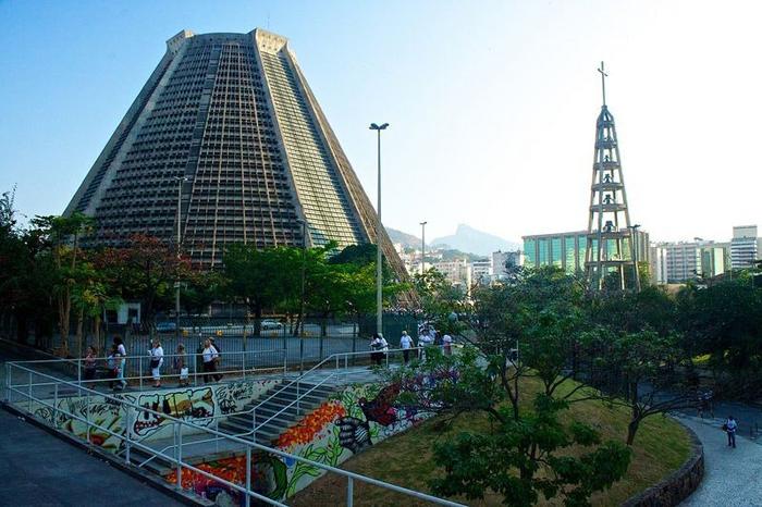 Собор Святого Себастьяна сделан в стиле пирамид Майя.