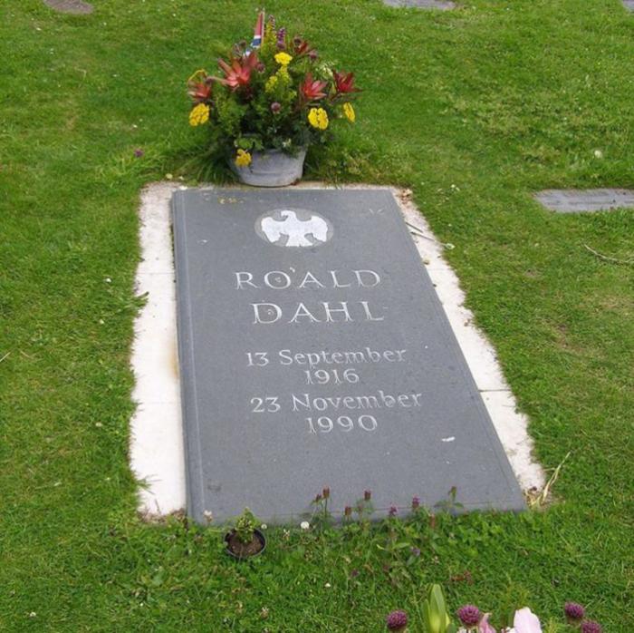 Могила Роальда Даля в Великобритании.