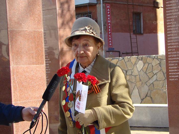 Роза Гавриловна выступает перед публикой.