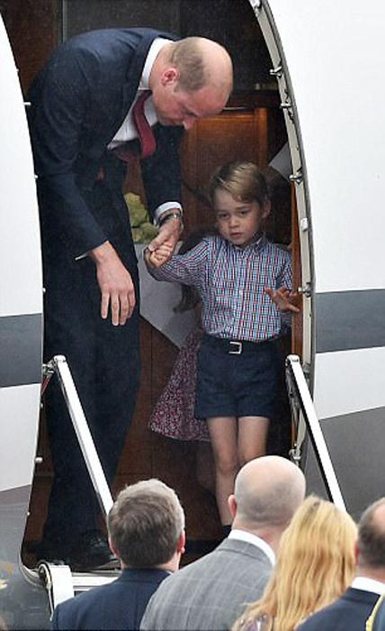Принц Уильям выходит из самолета вместе с сыном.