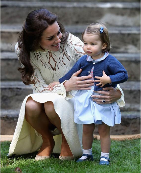Кейт держит Шарлотту по время посещения Канады в 2016 году. Фото: Chris Jackson.