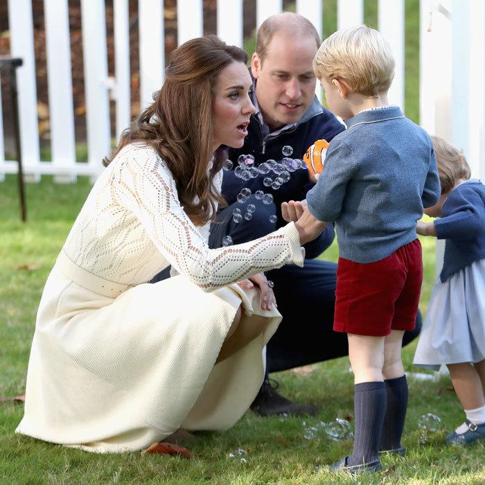 Герцогиня Кембриджская показывает удивление, когда ее сыну удается сделать мыльные пузыри с помощью специального пистолета. Канада. Фото: Chris Jackson.