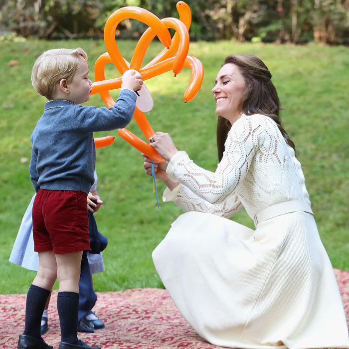 Кейт играет с сыном, показывая ему, что можно сделать из надувных шариков. Фото: Chris Jackson.