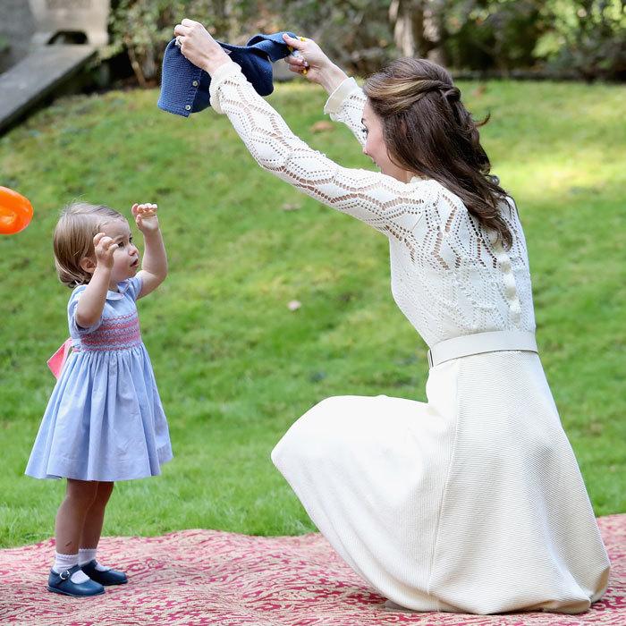Кейт хочет надеть дочери кофту и превращает одевание в игру. Фото: Chris Jackson.