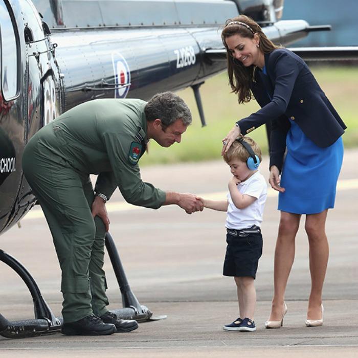 Принц Джордж стесняется знакомиться с пилотом.