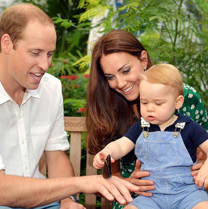 Герцогиня Кембриджская со своим мужем показывает сыну красоту природы.