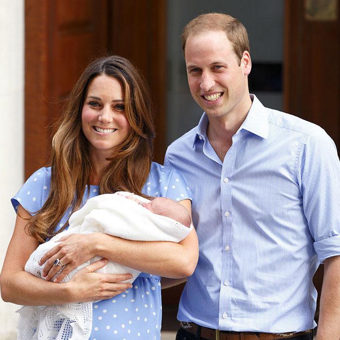 Кейт и Уильям представляют публике своего первенца, принца Джорджа в 2013 году.