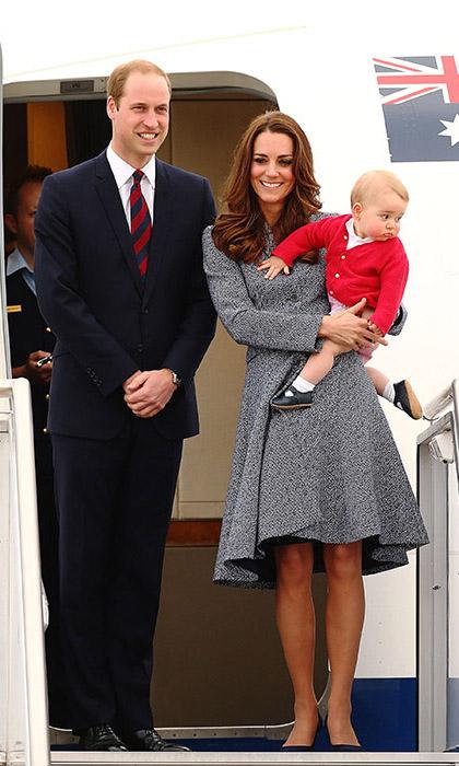 Кейт и Уильям позируют для австралийской прессы, в то время как маленький Джордж считает, что фотографы недостаточно интересны, чтобы на них смотреть.