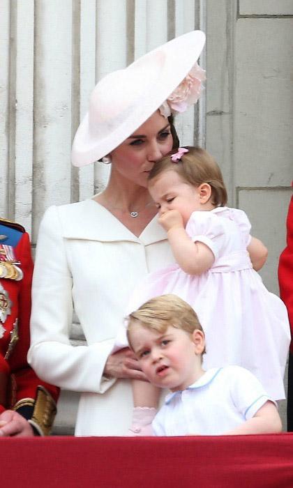Кейт целует дочку, уставшую от продолжительной церемонии. Фото: Danny Martindale.