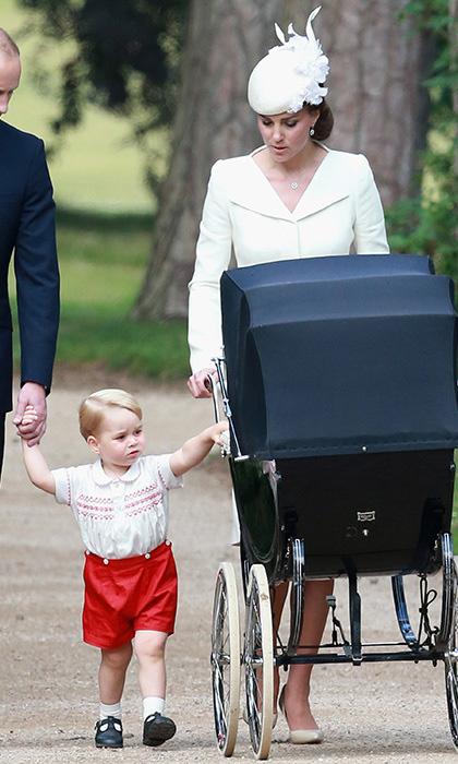 Кейт следит сразу за обоими своими детьми: Шарлотта в коляске, Джордж идет рядом за руку с папой.