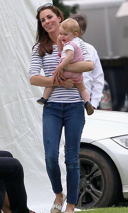 Кейт сохраняет спокойствие, успокаивая на руках плачущего сына.