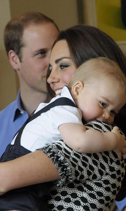 Принц Джордж обнимает маму во время официального визита в Новую Зеландию.