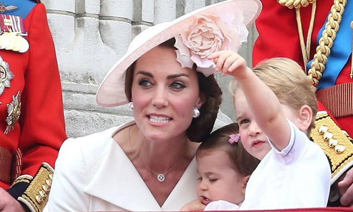 Смотри, мам! Кейт Миддлтон присела к принцу Джорджу, чтобы посмотреть, куда он показывает рукой. Фото: Danny Martindale.
