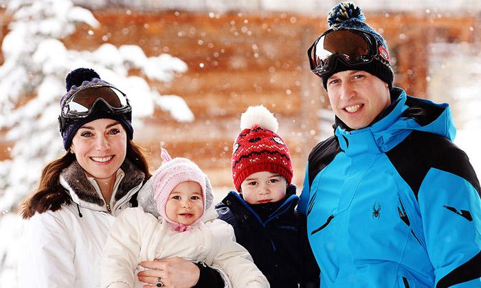 Официальная фотография королевской семьи во французских Альпах: мама Кейт держит на руках 10-месячную Шарлотту, в то время как принц Джордж стоит рядом с папой.