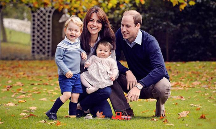 Первая официальная семейная портретная фотография вместе с Джорджом и Шарлоттой.