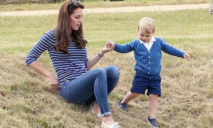 Кейт пытается успеть за бегущим Джорджем во время прогулки в парке.