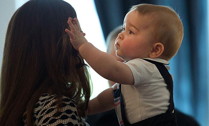 Принц Джордж не может перестать любоваться волосами любимой мамы.